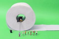 καθαρίζοντας τουαλέτα προϊόντων εγγράφου βασικής υγιεινής Στοκ εικόνα με δικαίωμα ελεύθερης χρήσης