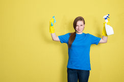 καθαρίζοντας υπηρεσία Καθαρίζοντας γυναίκα κοριτσιών με τον καθαρισμό του μπουκαλιού ψεκασμού Στοκ Εικόνες