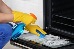 Καθαρίζοντας φούρνος ατόμων στην κουζίνα, Στοκ φωτογραφίες με δικαίωμα ελεύθερης χρήσης