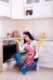 Καθαρίζοντας φούρνος γυναικών Στοκ φωτογραφίες με δικαίωμα ελεύθερης χρήσης