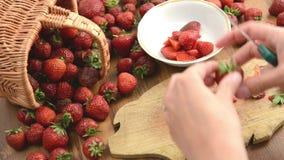 Καθαρίζοντας φράουλες στο μικρό κύπελλο πίνακας ξύλινος κατασκευή μαρμελάδας απόθεμα βίντεο