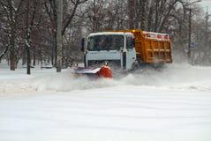 Καθαρίζοντας χιόνι αρότρων χιονιού Στοκ Φωτογραφίες