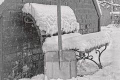 Καθαρίζοντας χιόνι στο ναυπηγείο το χειμώνα, γραπτό Στοκ Εικόνα