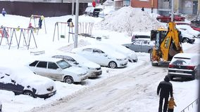 Καθαρίζοντας χιόνι τρακτέρ στη χειμερινή χιονώδη ημέρα στην πόλη Όχημα χειμερινών υπηρεσιών στην εργασία Όχημα αφαίρεσης χιονιού απόθεμα βίντεο