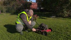 Καθαρίζοντας χορτοκόπτης εργαζομένων απόθεμα βίντεο