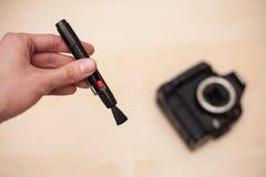 Καθαρίζοντας ψηφιακή κάμερα με τη βούρτσα Στοκ φωτογραφία με δικαίωμα ελεύθερης χρήσης