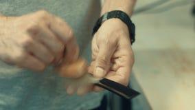 Καθαρίζοντας όργανα κομμωτών ατόμων με τη βούρτσα Hairstylist που προετοιμάζεται να εργαστεί απόθεμα βίντεο