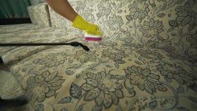 Καθαρίζοντας ύφασμα του καναπέ με έναν καθαριστή ατμού απόθεμα βίντεο