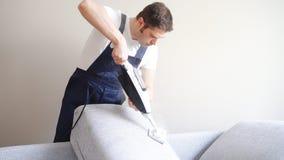 Καθαρίζοντας ύφασμα του καναπέ φιλμ μικρού μήκους