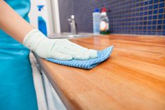 Καθαρίζοντας countertop κουζινών γυναικών Στοκ Εικόνα