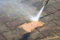 Καθαρίζοντας driveway υψηλών βαθύ εργαζομένων με τις επαγγελματικές υπηρεσίες πλυντηρίων στοκ φωτογραφία με δικαίωμα ελεύθερης χρήσης