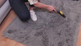 Καθαρίζοντας faux κουβέρτα γουνών γυναικών φιλμ μικρού μήκους