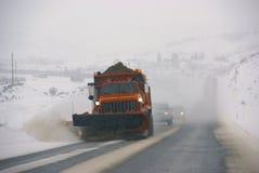 καθαρίζοντας snowplow οδοί Στοκ εικόνα με δικαίωμα ελεύθερης χρήσης