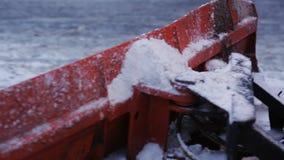 Καθαρίζοντας snowthrower χιονιού τρακτέρ Αφαίρεση του χιονιού με το άροτρο Κλείστε επάνω του σιδήρου snowplow ωθώντας πολύ χιόνι  απόθεμα βίντεο