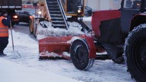 Καθαρίζοντας snowthrower χιονιού τρακτέρ Αφαίρεση του χιονιού με το άροτρο Κλείστε επάνω του σιδήρου snowplow ωθώντας πολύ χιόνι  φιλμ μικρού μήκους