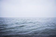 Καθαρίστε και ηρεμήστε την μπλε θάλασσα ή τον ωκεανό Υδρονέφωση επάνω από την επιφάνεια νερού στοκ εικόνες