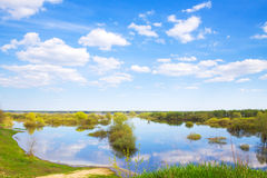 καθαρίστε σταυρών ημέρας μονοπατιών τα πράσινα δέντρα άνοιξη λιβαδιών αγροτικά Στοκ εικόνα με δικαίωμα ελεύθερης χρήσης