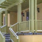 Καθαρίστε τα τετραγωνικά σκαλοπάτια που πηγαίνουν στο μπροστινό μέρος ενός γοητευτικού σπιτιού στη χαραυγή Γιούτα στοκ εικόνες
