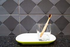 Καθαρίστε την ξύλινη οδοντόβουρτσα στο bathroomÂ, έννοια του καλυπτόμενου από ρείκια τρόπου ζωής, οδοντικόcare στοκ φωτογραφίες με δικαίωμα ελεύθερης χρήσης