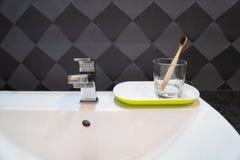 Καθαρίστε την ξύλινη οδοντόβουρτσα στο bathroomÂ, έννοια του καλυπτόμενου από ρείκια τρόπου ζωής, οδοντικόcare στοκ εικόνες με δικαίωμα ελεύθερης χρήσης