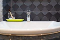 Καθαρίστε την ξύλινη οδοντόβουρτσα στο bathroomÂ, έννοια του καλυπτόμενου από ρείκια τρόπου ζωής, οδοντικόcare στοκ φωτογραφία με δικαίωμα ελεύθερης χρήσης