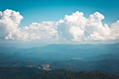 Καθαρίστε την όψη mountin με το φωτεινό μπλε ουρανό Στοκ Φωτογραφία