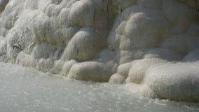 Καθαρίστε τις ροές νερού κάτω από το άσπρο βουνό του μαρμάρινου βουνού ασβεστόλιθων απόθεμα βίντεο