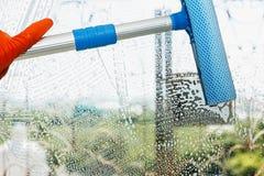 Καθαρίστε το γυαλί με τον καθαρισμό του εξοπλισμού στοκ φωτογραφία με δικαίωμα ελεύθερης χρήσης