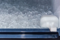 Καθαρίστε το δροσερό φραγμό πάγου από την παγοποιητική μηχανή στοκ φωτογραφίες με δικαίωμα ελεύθερης χρήσης