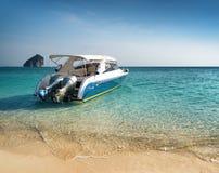 Καθαρίστε το νερό και το μπλε ουρανό. Παραλία στην επαρχία Krabi, Ταϊλάνδη στοκ φωτογραφία με δικαίωμα ελεύθερης χρήσης