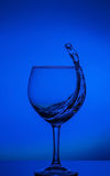 Καθαρίστε το νερό που βάζει στον πειρασμό το αφηρημένο ράντισμα στο υπόβαθρο κλίσης του μπλε χρώματος στην αντανακλαστική επιφάνε Στοκ εικόνες με δικαίωμα ελεύθερης χρήσης