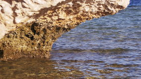 Καθαρίστε το νερό στη Ερυθρά Θάλασσα και το βράχο στοκ φωτογραφίες