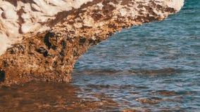 Καθαρίστε το νερό στη Ερυθρά Θάλασσα και το βράχο στοκ φωτογραφία με δικαίωμα ελεύθερης χρήσης