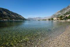 Καθαρίστε το νερό στον κόλπο Kotor, Μαυροβούνιο Στοκ Εικόνα