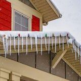 Καθαρίστε το τετραγωνικό σπίτι στη χαραυγή Γιούτα με το νεφελώδες υπόβαθρο ουρανού που αντιμετωπίζεται το χειμώνα στοκ εικόνα με δικαίωμα ελεύθερης χρήσης