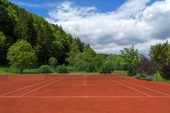 Καθαρίστε το τργμένο γήπεδο αντισφαίρισης μετά από την εξέταση άνοιξη στοκ φωτογραφία