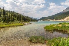 Καθαρίστε, τυρκουάζ νερά της λίμνης κορυφών, βόρεια δύσκολα βουνά, Π.Χ. Στοκ εικόνα με δικαίωμα ελεύθερης χρήσης