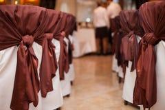 καθαρισμένες όμορφες όμορφες γαμήλιες καρέκλες σχεδίου Στοκ Φωτογραφίες