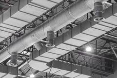 Καθαρισμός αγωγών HVAC, σωλήνες εξαερισμού στην ασημένια μόνωση mater Στοκ εικόνα με δικαίωμα ελεύθερης χρήσης