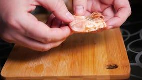 Καθαρισμός γαρίδων Τα αρσενικά χέρια βουρτσίζουν τις βρασμένες γαρίδες βασιλιάδων φιλμ μικρού μήκους