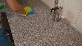 Καθαρισμός γυναικών στην κουζίνα απόθεμα βίντεο