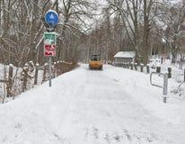Καθαρισμός ενός πεζοδρομίου από το χιόνι Στοκ Εικόνες