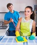 Καθαρισμός ζεύγους στην κουζίνα Στοκ φωτογραφία με δικαίωμα ελεύθερης χρήσης