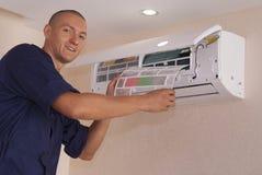 Καθαρισμός και επισκευές το κλιματιστικό μηχάνημα στοκ φωτογραφίες