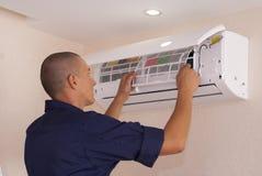 Καθαρισμός και επισκευές το κλιματιστικό μηχάνημα στοκ εικόνες με δικαίωμα ελεύθερης χρήσης