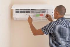 Καθαρισμός και επισκευές το κλιματιστικό μηχάνημα στοκ εικόνα με δικαίωμα ελεύθερης χρήσης
