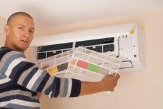 Καθαρισμός και επισκευές το κλιματιστικό μηχάνημα στοκ εικόνες
