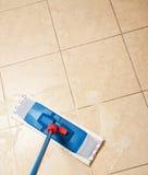 Καθαρισμός με τη σφουγγαρίστρα Στοκ φωτογραφία με δικαίωμα ελεύθερης χρήσης