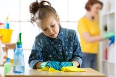 Καθαρισμός μητέρων και κορών στο καθιστικό Στοκ Φωτογραφίες
