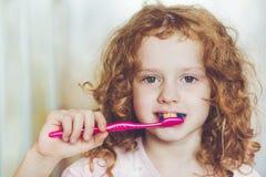 καθαρισμός παιδιών βουρτσίσματος οδοντικός τα δόντια υγιεινής της Στοκ Εικόνα